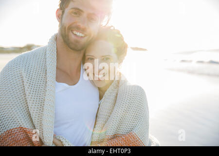 Porträt des jungen Paares stehen am Strand - Stockfoto