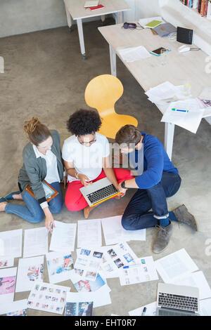 Drei junge Menschen, die gemeinsam im studio - Stockfoto