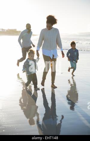 Glückliche Familie, die Spaß am Strand - Stockfoto