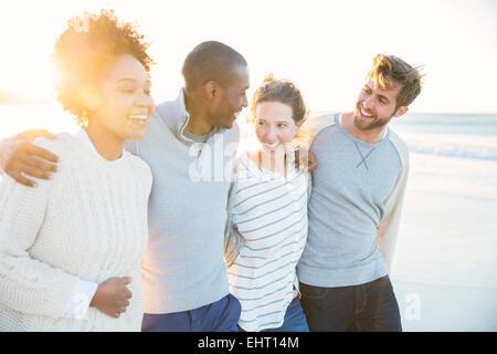 Gruppe von fröhlichen Freunden am Strand - Stockfoto