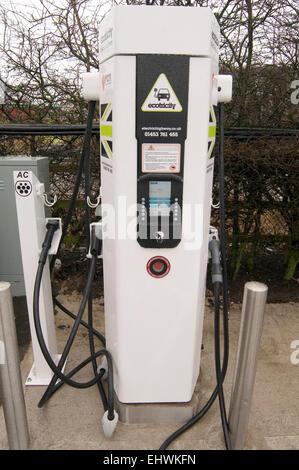 Elektro-Auto Autos aufladen Punkt laden kostenlos Stecker Steckdose Steckdosen aufladen Batterien Stromkabel Kabel - Stockfoto