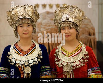 Porträt von zwei jungen Frauen tragen traditionelle Miao ethnische Minderheit Kleidung Outfits in Guilin, China - Stockfoto
