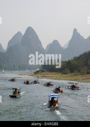 Touristischen Kreuzfahrt Boote auf dem Li-Fluss in der Nähe von Yangshuo, Guilin, China - Stockfoto
