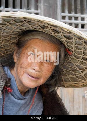 Asiatische Frau mit traditionellen Strohhut - Stockfoto