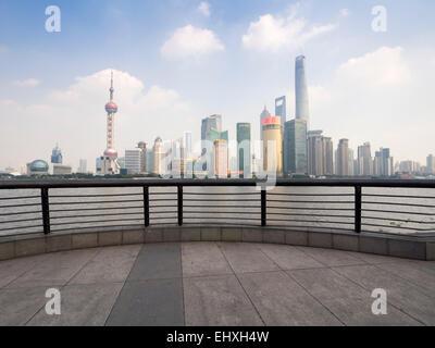 Blick auf den Oriental Pearl Tower und Wolkenkratzer die Skyline von Pudong Finanzviertel von dem Bund in Shanghai, - Stockfoto