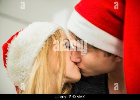 Junges Paar romancing am Heiligabend, München, Bayern, Deutschland - Stockfoto