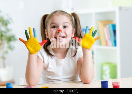 niedliche fröhliches Mädchen zeigen ihre bemalten Hände - Stockfoto