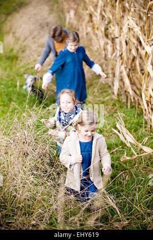 Kinder zu Fuß in Feld - Stockfoto