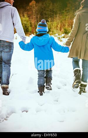 Eltern und Sohn auf der Suche nach den perfekten Weihnachtsbaum - Stockfoto