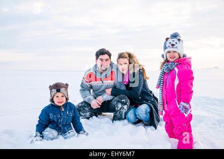 Happy Family im Schnee - Stockfoto
