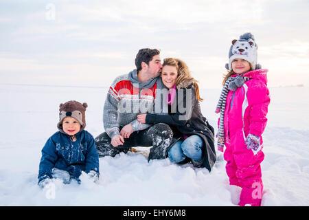 Familie im Schnee - Stockfoto