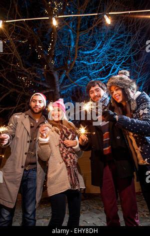 Gruppe von Freunden mit Wunderkerzen Spaß - Stockfoto