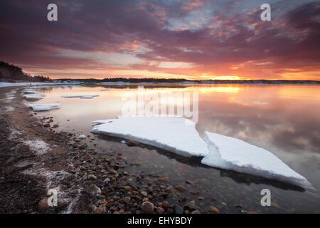Winter Sonnenaufgang am Backofen am Oslofjord, Østfold fylke, Norwegen. - Stockfoto