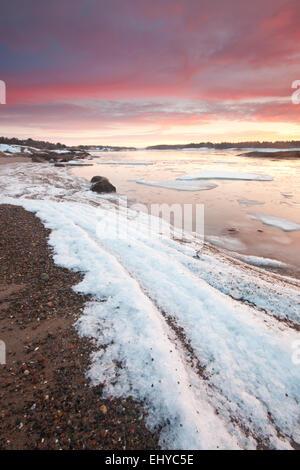 Wintermorgen am Ofen von der Küste von den Oslofjord in Råde Kommune, Østfold Fylke, Norwegen. - Stockfoto