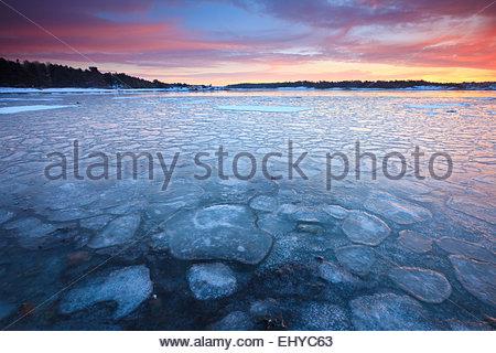 Eisigen Wasser und Winter Sonnenaufgang am Ofen in Råde Kommune, Oslofjorden, Østfold Fylke, Norwegen. - Stockfoto