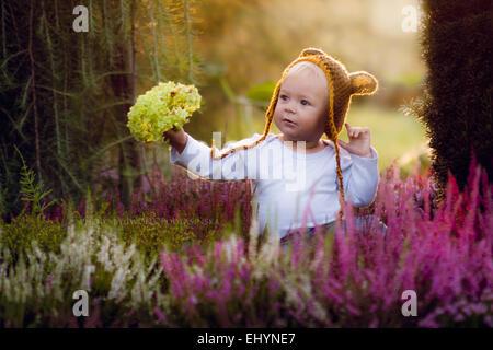 Boy Holding Blumen Stockfoto