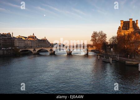 Paris bei Sonnenaufgang vom Seineufer aus gesehen - Stockfoto