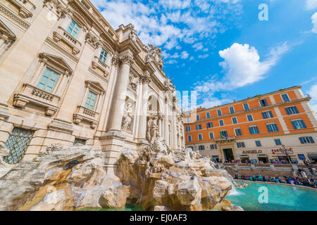 Trevi-Brunnen mit blauem Himmel und Wolken an einem sonnigen Tag in Rom, Italien. - Stockfoto