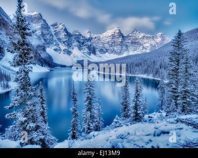 Erster Schnee der Saison auf Moraine Lake. Banff Nationalpark, Alberta, Kanada