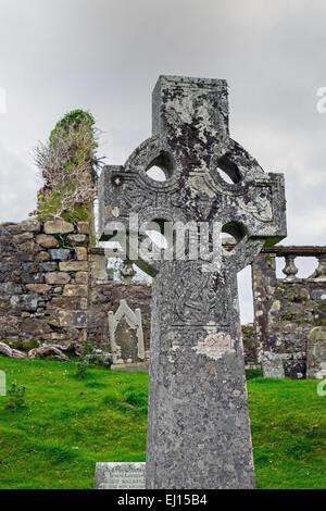 Ein keltisches Kreuz und einem alten Friedhof auf der Isle Of Skye in Schottland - Stockfoto