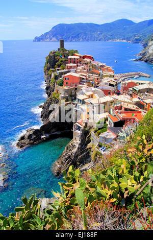 Malerische Aussicht auf die Küste Dorf Vernazza, Cinque Terre, Italien - Stockfoto