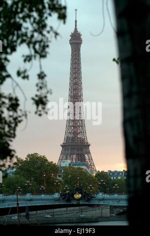 Eiffel Tower Ufer und Pont Alexandre III Paris Frankreich Europa - Stockfoto