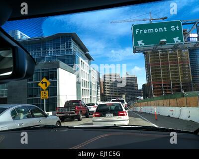 Auto-Sicht des Schwerverkehrs auf Fremont Street San Francisco Kalifornien USA - Stockfoto