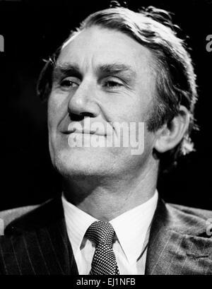 Datei. 20. März 2015. Canberra, Australien - MALCOLM FRASER, der ehemalige australische Premierminister, die notorisch an die Macht durch eine konstitutionelle Krise, die die Nation bitterlich geteilt katapultiert wurde, links starb am Freitag in Canberra, Australien. Er war 84. Fraser war bis zum Ende aktiv am öffentlichen Leben und seinen Tod schockierte die Nation. Sein Leben nach der Politik von Menschenrechtsfragen dominiert wurde. Im Bild - wurde 10. Juli 1975 - Sydney, Australien - MALCOLM FRASER, geboren 21. Mai 1930, der 22. Premierminister von Australien er von 1975 bis 1983 war. Bild: Fraser in einer Kampagne Wahl drücken Sie c Stockfoto