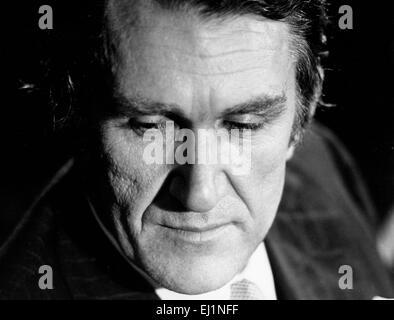 Datei. 20. März 2015. Canberra, Australien - MALCOLM FRASER, der ehemalige australische Premierminister, die notorisch an die Macht durch eine konstitutionelle Krise, die die Nation bitterlich geteilt katapultiert wurde, links starb am Freitag in Canberra, Australien. Er war 84. Fraser war bis zum Ende aktiv am öffentlichen Leben und seinen Tod schockierte die Nation. Sein Leben nach der Politik von Menschenrechtsfragen dominiert wurde. Im Bild - wurde 10. Juli 1975 - Sydney Australia - MALCOLM FRASER, geboren 21. Mai 1930, der 22. Premierminister von Australien er von 1975 bis 1983 war. Bild: Fraser auf eine Wahl-Kampagne drücken Sie c Stockfoto