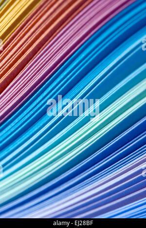 Abstrakte Gestaltung von Papier filigrane Streifen in den Farben des Regenbogens - Stockfoto