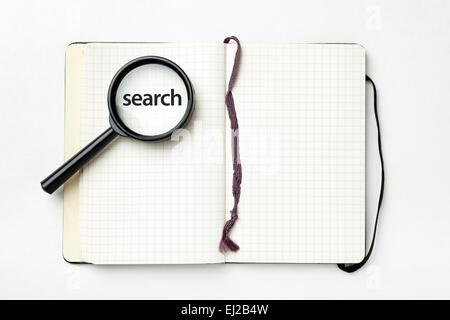 Offenen Notebook mit Lupe auf weißem Hintergrund. Suche Konzept. - Stockfoto