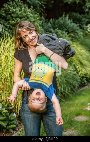 Mutter misshandelnd mit ihren 18 Monate alten Sohn, ihm auf den Kopf drehen, und er schrie mit Freude in Issaquah, - Stockfoto