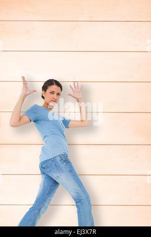 Zusammengesetztes Bild von verärgert Brünette gestikulieren - Stockfoto