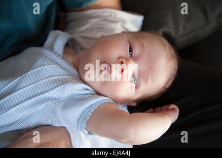 einen monat alter neugeborenes baby lacht liegen in wei. Black Bedroom Furniture Sets. Home Design Ideas