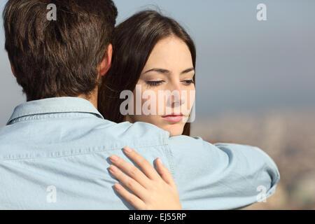 Traurige Frau, ihren Freund zu umarmen und blickte paar Probleme Konzept - Stockfoto