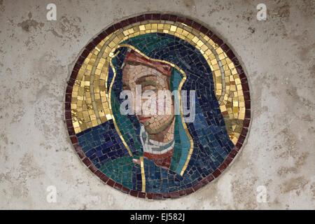 Jungfrau Maria. Mosaik auf einem Grabstein auf dem Friedhof Campo Verano in Rom, Italien.