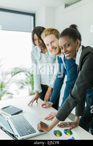 Austausch von Gedanken während Geschäftstreffen in ein schönes Büro von schwarzen und weißen Kollegen - Stockfoto