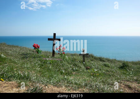 Kreuze und Blumen gelegt in Respekt für diejenigen, die am Beachy Head, Eastbourne, England Selbstmord begangen - Stockfoto