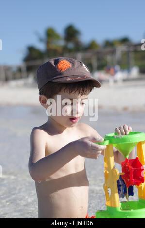 Kleiner Junge spielt im warmen Meerwasser, Cayo Coco, Kuba - Stockfoto