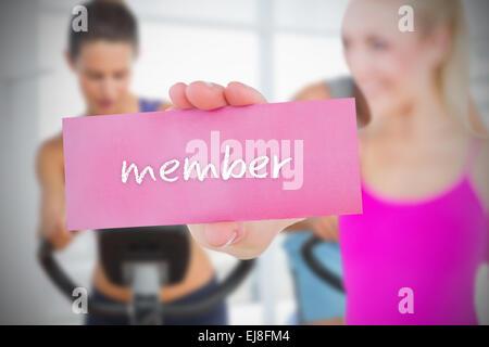 Fit Blondine hält Karte Spruch Mitglied - Stockfoto