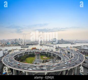 Autos-Bewegungsunschärfe auf der Brücke - Stockfoto