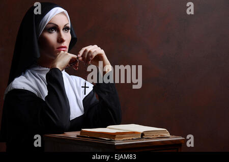 Junge attraktive Nonne beten - Stockfoto
