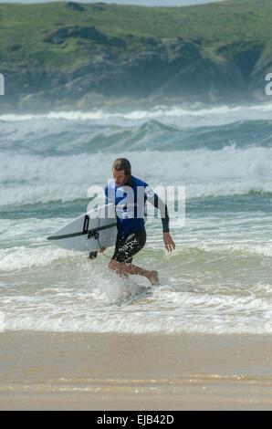 Pro Surfer verlässt das Meer nach seine Runde in der Surf-Wettbewerb beim Relentless Boardmasters 2014 auf Newquays - Stockfoto