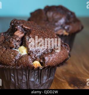 Close up Portrait of chocolate Chip Tasse Kuchen auf Holzoberfläche - Stockfoto