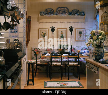 Bilder An Der Wand über Florale Bankett Bestuhlung Im Essbereich Der  Neunziger Jahre Küche   Stockfoto