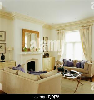 Mauve Seidenkissen Auf Cremefarbenen Sofas Im Wohnzimmer Eleganten Stadthaus Mit Spiegel Ber Dem Kamin