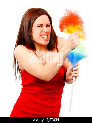 Böse Frau im roten t-Shirt mit Schneebesen für Hausstaub isoliert auf weißem Hintergrund - Stockfoto