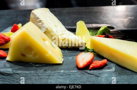 Auswahl an Käse auf Tisch - Stockfoto