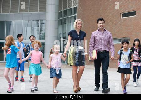 Die internationale Grundschullehrer und Schüler - Stockfoto