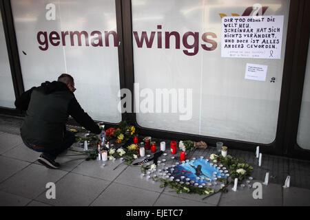 Berlin, Deutschland. 25. März 2015. Ein Mann leuchtet Kerzen für die Opfer der abgestürzten Flugzeugs von Germanwings - Stockfoto